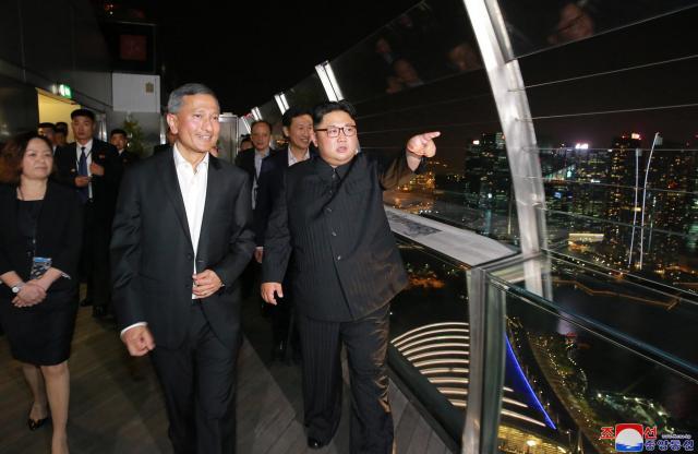 シンガポールで2018年6月11日、「マリーナ・ベイ・サンズ」を視察する金正恩氏(中央)。朝鮮中央通信が配信した=朝鮮通信