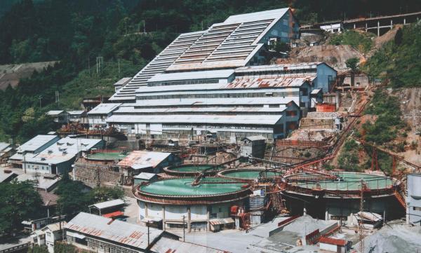 昭和50年代の神子畑選鉱場。右手前に円形の建物がある=兵庫県朝来市、神子畑鉱石の道推進協議会提供