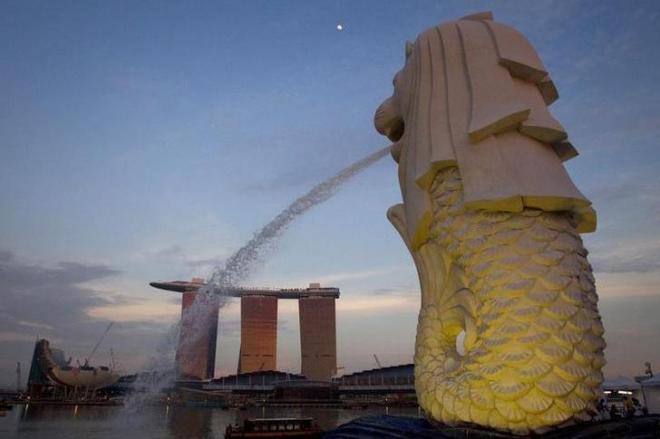 シンガポールの観光名所「マーライオン」と「マリーナ・ベイ・サンズ」=ロイター