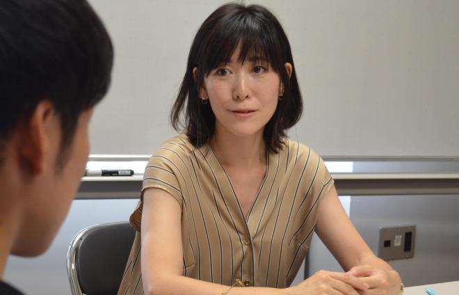 講義の数日後、立正大学の学生からのインタビューに答える池田麻里奈さん。カウンセラーとしては「コウノトリこころの相談室」を開き、不妊、流産・死産のグリーフ(悲しみ)ケア、養子縁組についてのカウンセリングをしている