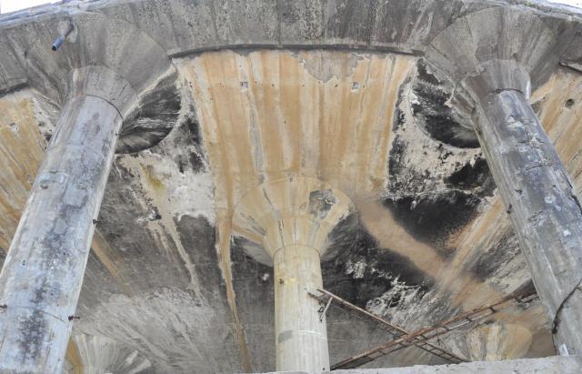 朽ちたコンクリートが独特の色合い