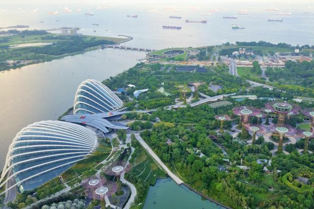 リゾートタワー「マリーナ・ベイ・サンズ」の屋上からは、シンガポールの街並みが一望できる=2016年6月、乗京真知撮影