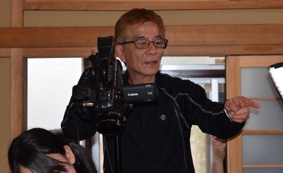 撮影現場での安達かおる監督。自らカメラを回す=2017年4月、高野真吾撮影