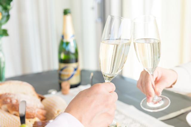 夫婦でワインエキスパートの資格を取るために教室へ通うなど充実した時間を送る(写真はイメージ=PIXTA)