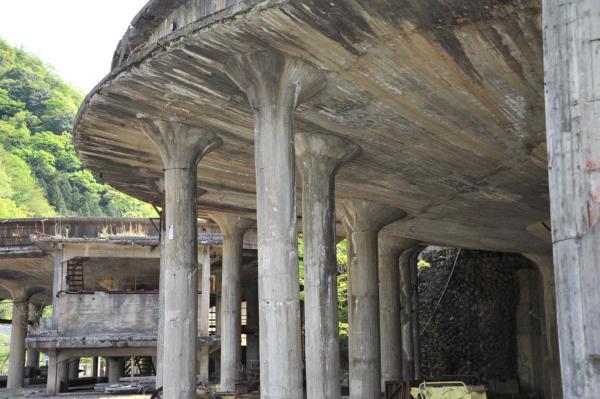 円形の建物=兵庫県朝来市、小池寛木撮影