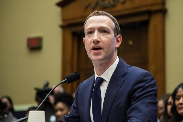 会員情報流出問題について議会で証言する、フェイスブックのマーク・ザッカーバーグCEO