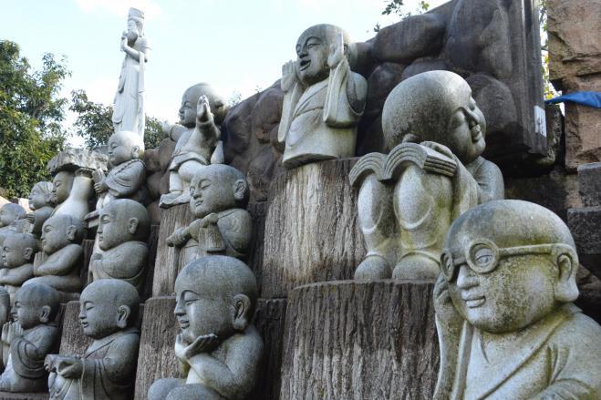 福井県越前市の宝円寺にはユニークな仏像が並ぶ
