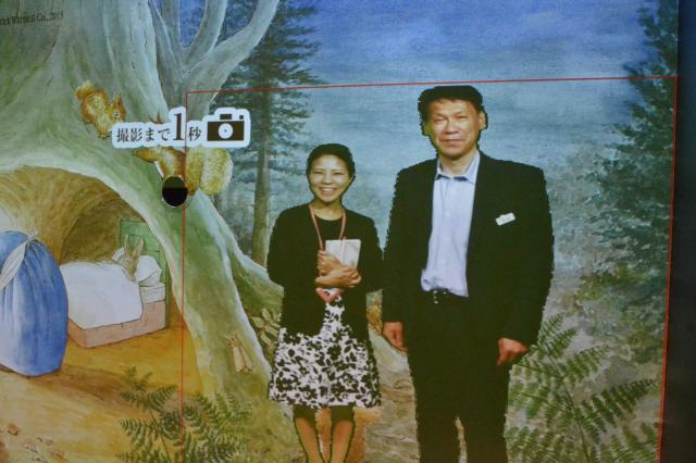 ピーターラビットの世界に自分の姿を合成したプリクラが撮れます。堀さん(左)と友松さん