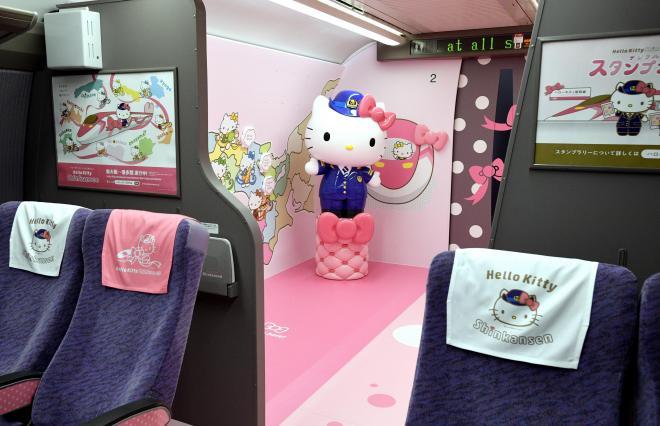 ハローキティ新幹線の2号車。座席の枕カバーもハローキティに=2018年6月25日、福岡県那珂川町の博多総合車両所、長沢幹城撮影