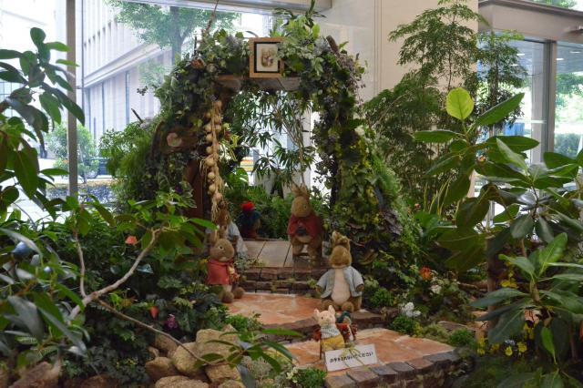 信託博物館に隣接する三菱UFJ信託銀行本店のロビーにも、ピーターラビットの森が再現されていました