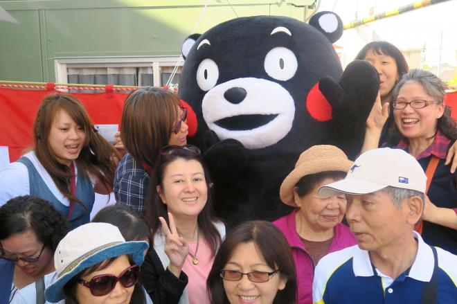熊本電鉄「くまモン電車」に乗りに来た台湾人観光客ら=2018年4月19日、熊本市北区の北熊本駅