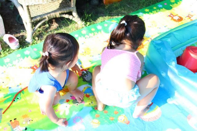 夏になると、水を張ったビニールプールで姉妹一緒に遊びます(神奈川県厚木市で撮影)