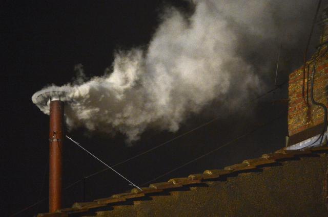 バチカンのシスティーナ礼拝堂の煙突から上がる「白い煙」。次期法王が決まったことを告げた=2013年3月13日