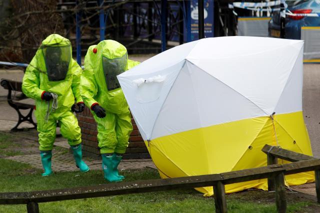 イギリス南西部ソールズベリーで行われた事件現場の検証=2018年3月8日