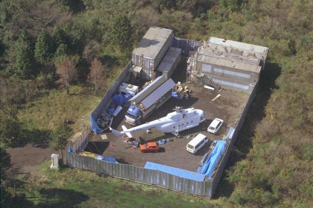 オウム真理教のヘリ駐機場に置かれていたロシア製大型ヘリ=1995年10月30日、静岡県富士宮市