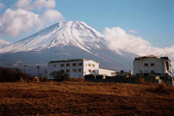 富士山ろくに点在するオウム真理教の施設=1995年1月、山梨県上九一色村