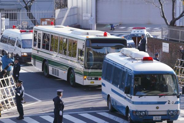 東京拘置所を出る松本智津夫被告を乗せた車両=2006年3月、東京