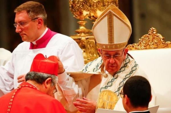 前田万葉枢機卿に赤い帽子を授けるフランシスコ法王=2018年6月28日、バチカン