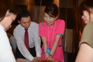看護師と一緒に心臓マッサージをする参加者たち