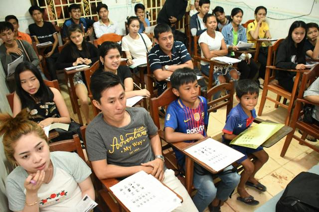 学校では、大人から子どもまで中国語を学ぶ。最前列の左から4人目がジャンリー君=2018年2月8日、益満雄一郎撮影