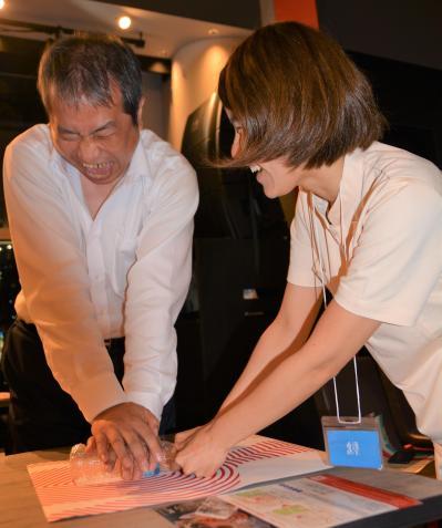 看護師と一緒に心臓マッサージの練習をする参加者