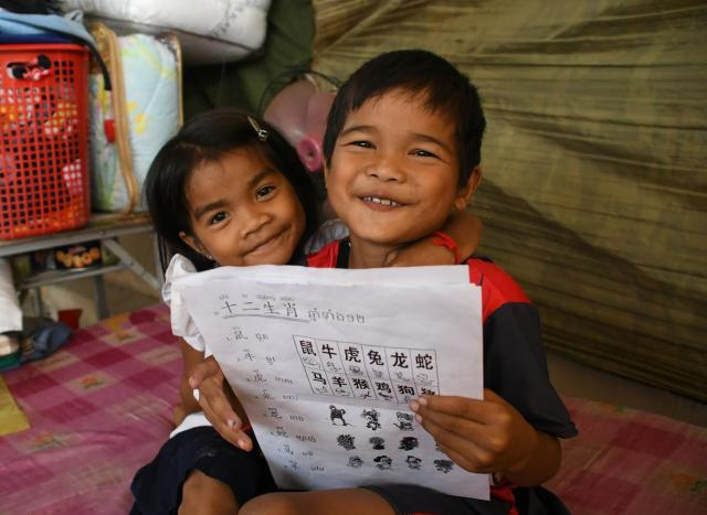 中国語を勉強するジョム・ジャンリー君(右)と妹のジョム・スレイイーちゃん=2018年2月10日、益満雄一郎撮影