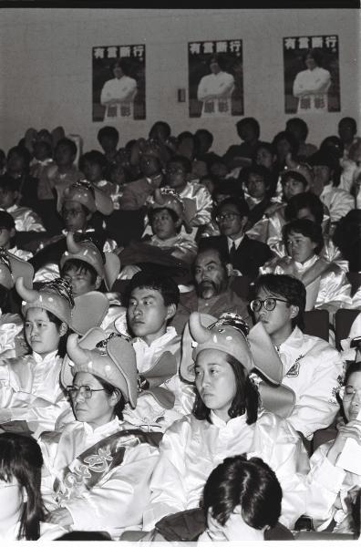 記者会見するオウム真理教が結成した政党「真理党」の集会に集まった信徒たち=1990年1月、東京