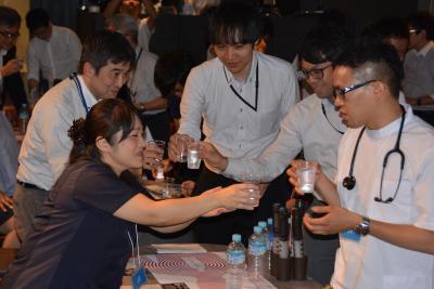 水で乾杯する参加者たち
