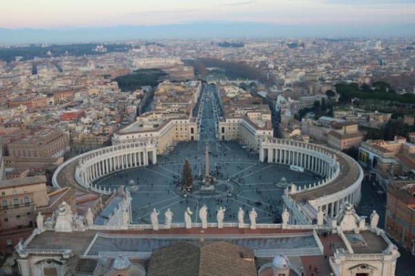 バチカンにあるサンピエトロ大聖堂のクーポラ(ドーム)から見下ろすサンピエトロ広場。ここで枢機卿の就任ミサが開かれた=河原田慎一撮影