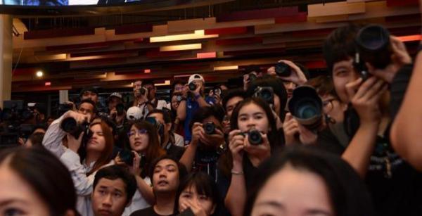 BNK48をカメラにおさえようと一斉にレンズを向けるファンたち。女性も多い=2018年6月、バンコク