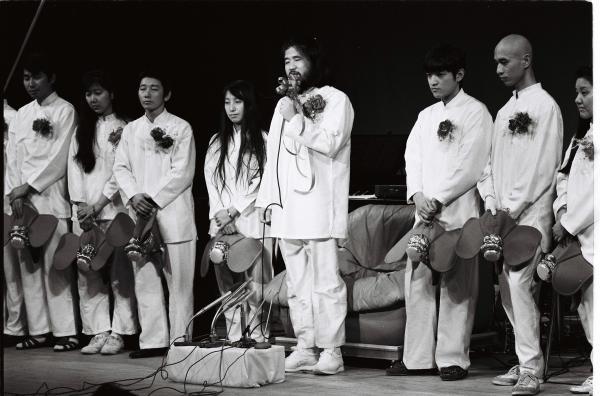 オウム真理教が結成した政党「真理党」の衆院選候補者発表で、壇上に並ぶ麻原彰晃(松本智津夫)党首と信徒たち=1990年1月、東京