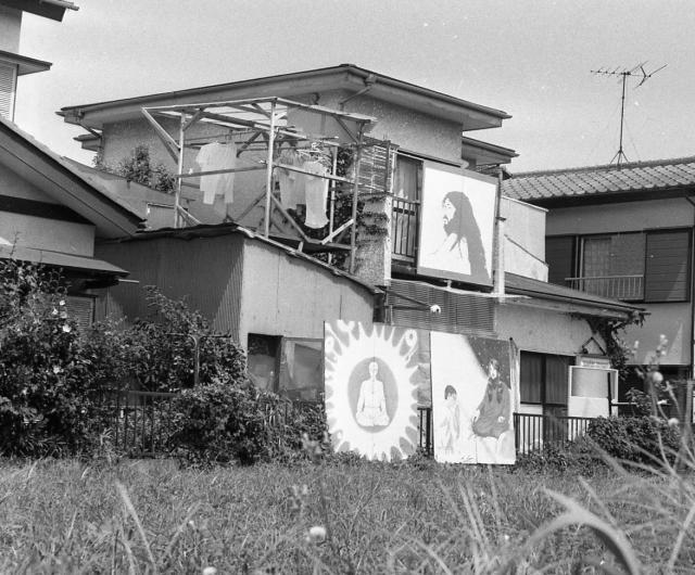 かつて松本死刑囚の一家が住み、出家信徒たちが暮らし、在家信徒たちが通ったオウム真理教船橋支部(中央)。1997年に教団の破産管財人に明け渡されて解体され、いまはもうない=1995年8月、千葉県船橋市