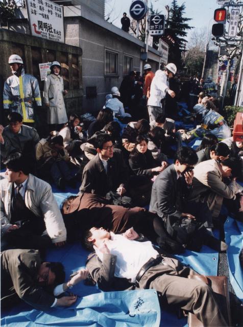 地下鉄サリン事件で被害にあい、地上に運び出されて手当てを受ける乗客たち=1995年3月20日午前8時30分、東京・築地