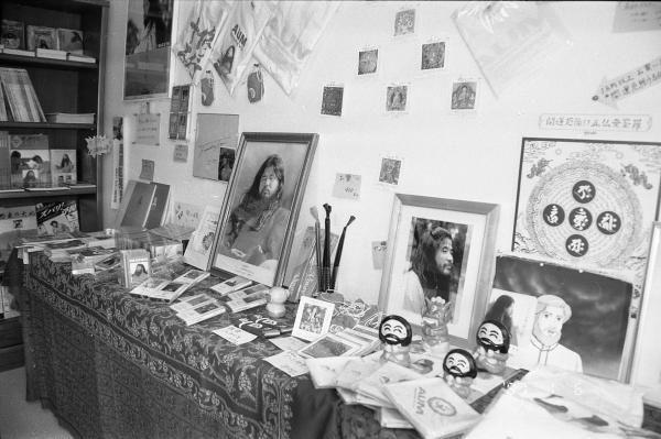支部のグッズ売り場。教団代表だった松本死刑囚にまつわるものがほとんどだった=1995年8月