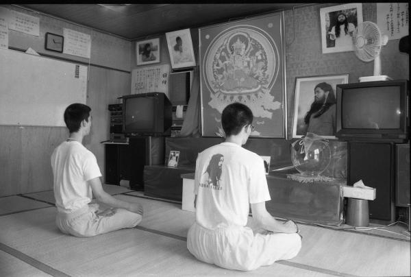 支部で蓮華座を組み瞑想する信徒たち=1995年8月