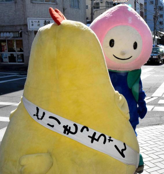 JR東日本八王子支社の山梨キャンペーンキャラクター「モモずきん」と、甲府鳥もつ煮のマスコットキャラクター「とりもっちゃん」=2015年1月31日、甲府市