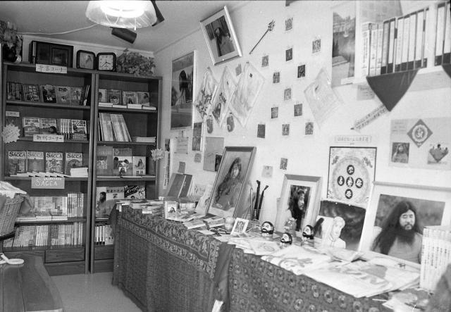 オウム真理教船橋支部のグッズ売り場。教団代表だった松本死刑囚にまつわるものがほとんどだった=1995年8月、千葉県船橋市