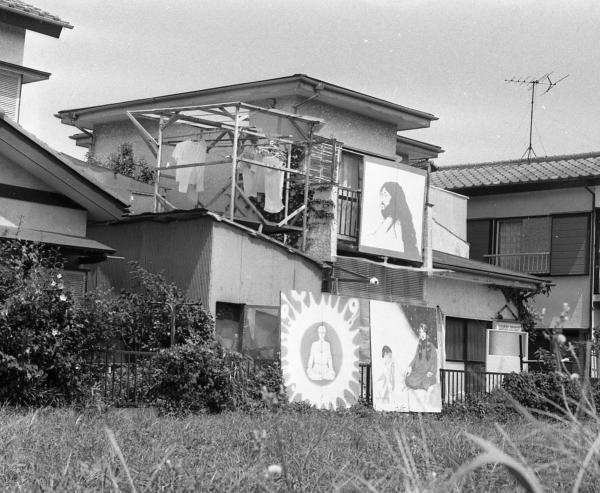 かつて松本死刑囚一家が住み、出家信徒が暮らし、在家信徒が通ったオウム真理教船橋支部(中央)。1997年に教団の破産管財人に明け渡されて解体され、今はもうない=1995年8月、千葉県船橋市、藤田直央撮影