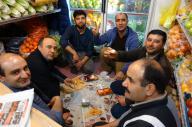 仕事を休憩してお茶を飲む、イランのスーパー店員のみなさん