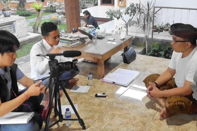 バリ島で取材をする野上記者
