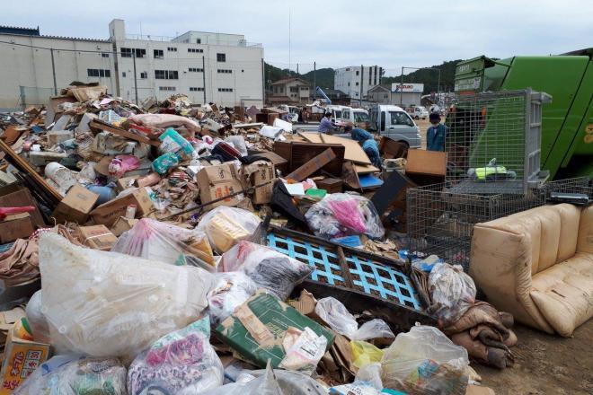 広島県三原市のグラウンドにはがれきが運び込まれている