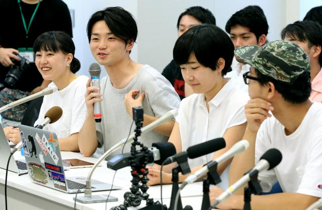 SEALDs最後の会見で笑顔を見せる奥田愛基さん(左から2人目)=2016年8月16日、東京都千代田区