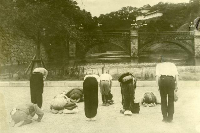 終戦前日、宮城を奉拝する人たち=1945年8月14日