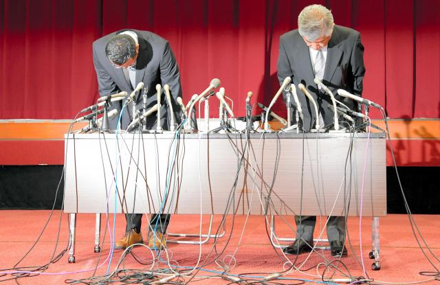 会見で謝罪する日大アメフト部の内田正人前監督(右)と井上奨前コーチ=2018年5月23日
