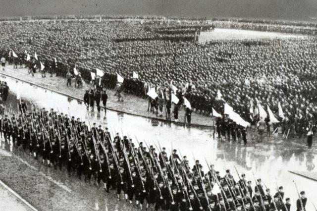 徴兵が猶予されていた学生も戦局の悪化で動員が始まった。明治神宮外苑で行われた出陣学徒の壮行会=1943年10月21日