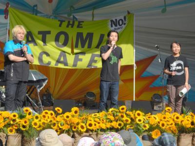 フジロック・フェスティバルのアトミック・カフェというイベントで登壇した(左から)津田大介さん、奥田愛基さん、吉田明子さん=2016年7月23日、新潟県湯沢町