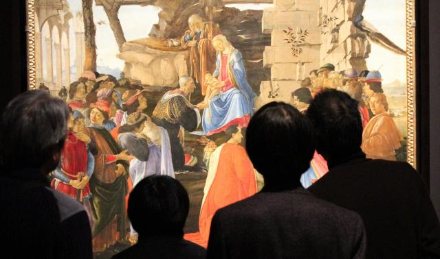 ルネサンス芸術のパトロン、メディチ家の人々が描き込まれたとされる「ラーマ家の東方三博士の礼拝」(1475~76年ごろ、ウフィツィ美術館蔵)=早坂元興撮影
