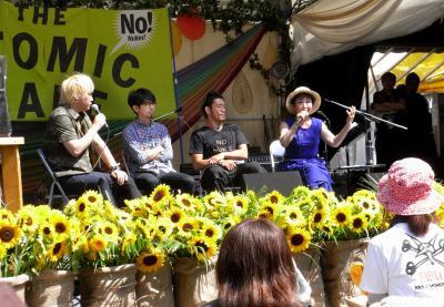 フジロック・フェスティバルのアトミック・カフェで話す加藤登紀子さん(奥右端)。「音楽に政治を持ち込むな」という意見が出たが、フジロックではこれまでも多数の音楽家たちが登壇している=2014年7月25日、新潟県湯沢町