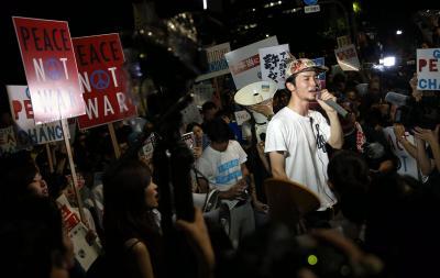 国会前で声を上げる奥田愛基さん=2015年7月15日、東京都千代田区