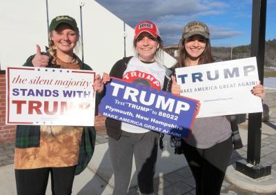 トランプ氏を熱烈に支持する女子大学生3人組。一番右の学生は不法移民対策を求めていた=2016年2月7日、米ニューハンプシャー州ホルダーネス